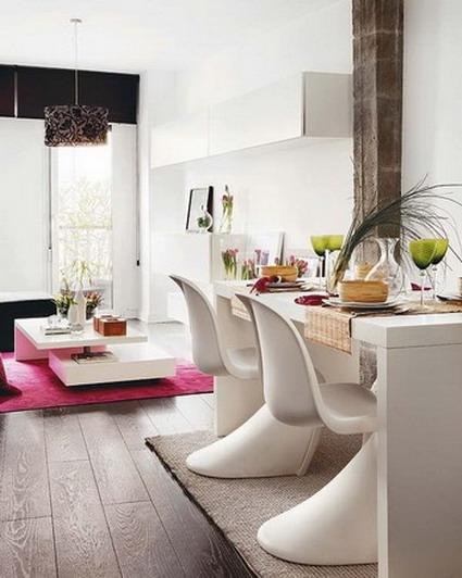 El sector del comedor con muebles de color blanco