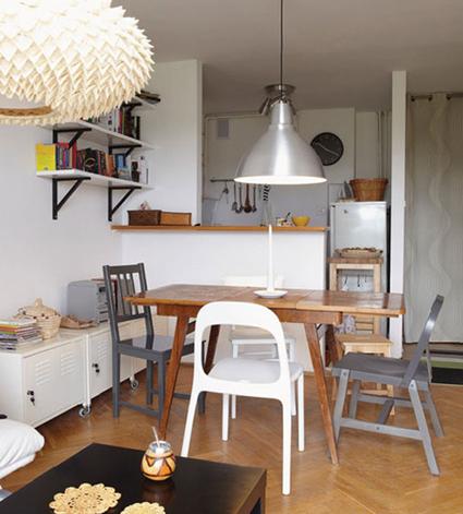 Decorar combinando sillas desiguales for Sillas de madera ikea