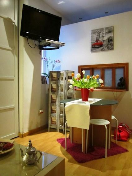 Un peque o apartamento organizado decoratrucosdecoratrucos for Decoracion de cocina comedor living pequenos