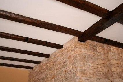 Vigas de madera artificial para ambientes r sticos - Techos de madera rusticos ...
