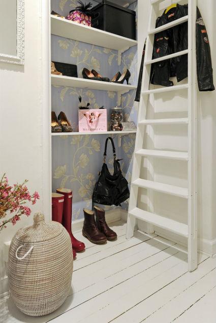 Interior de armario con papel pintado