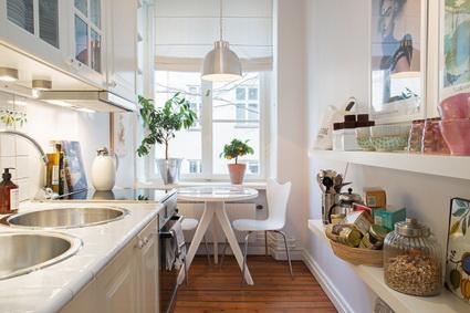la primer fotografa muestra una pequea cocina comedor donde los muebles se encuentran con la medida correcta para este espacio el color blanco atrapa la