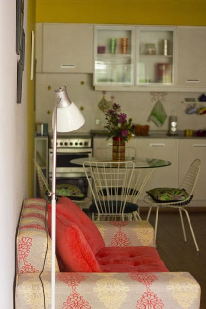 Visita un peque o apartamento inspirador for Como disenar un living comedor