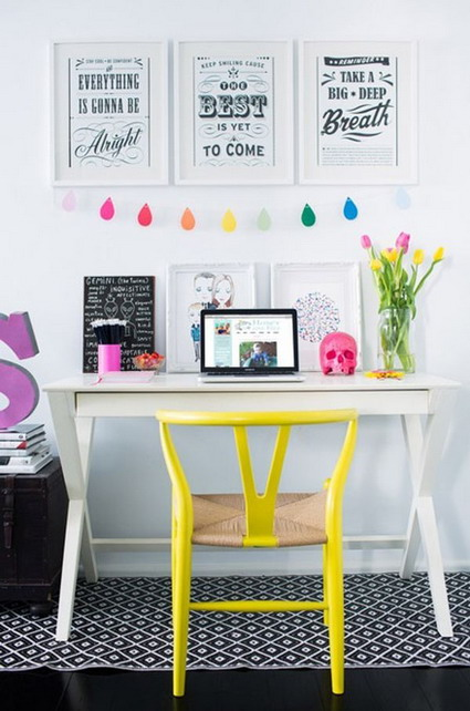 paredes blancas muebles del mismo color y cuadros con frases donde el marco tambin es blanco para crear