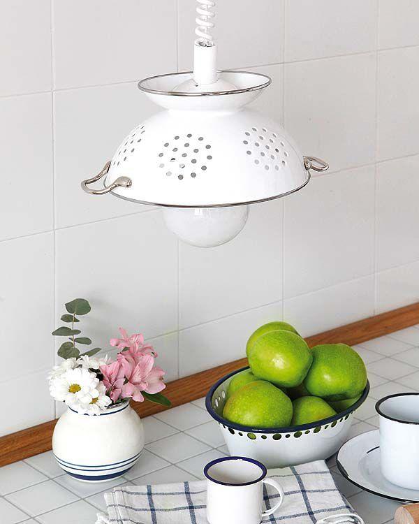 Lámpara hecha con un escurridor de cocina reciclado