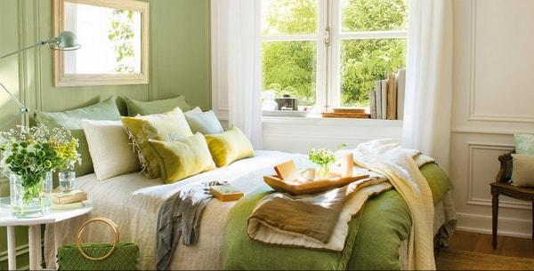Dormitorio con cojines haciendo juego con la ropa de cama