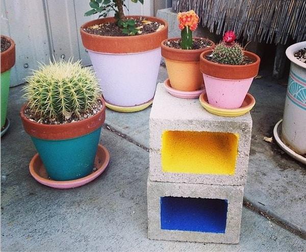 Bloques de hormigón pintados para decorar el patio o jardín
