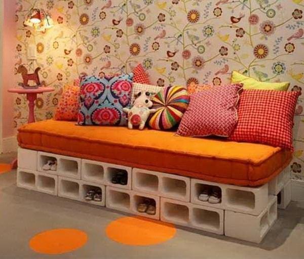 Sofá hecho con bloques de hormigón