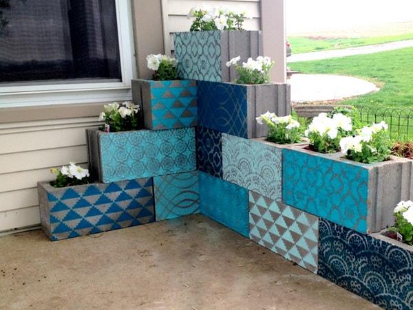 Maceteros con bloques de cemento pintados