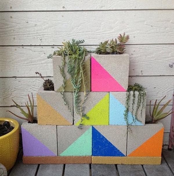 Maceteros con bloques de hormigón pintados en colores vivos