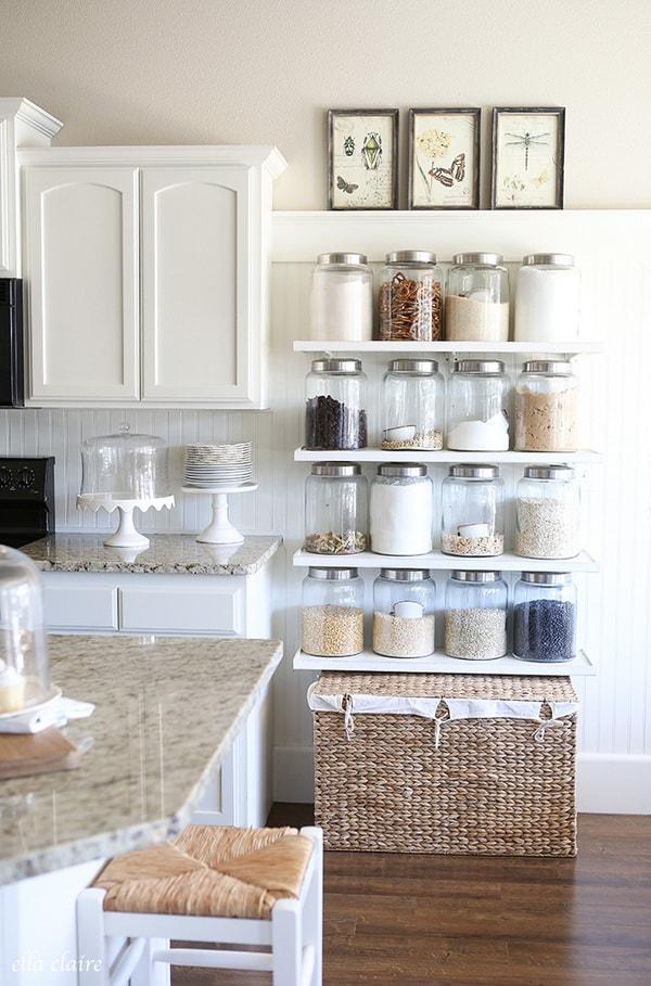 Estantes para aprovechar el espacio vertical en cocinas