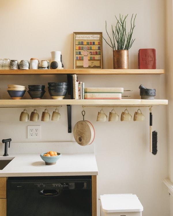 Tazas colgadas para aprovechar el espacio en la cocina