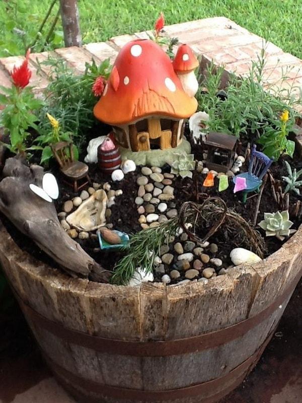 Jardín en miniatura en un barril de madera