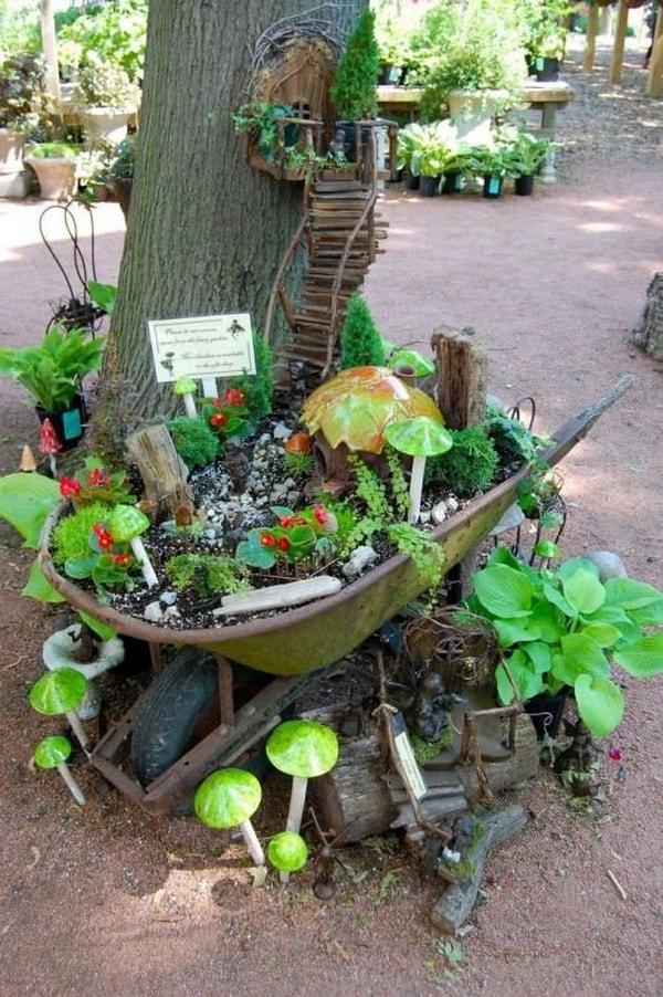 Jardín en miniatura en una carretilla