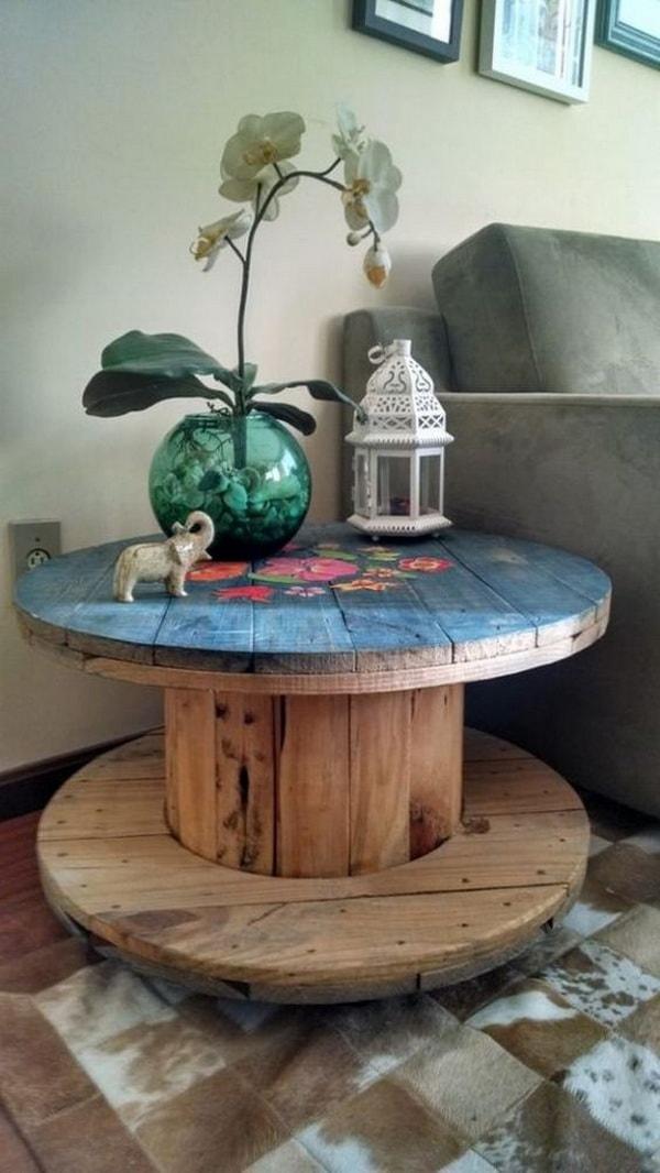 Mesas hechas con bobinas de cable recicladas. Muebles DIY