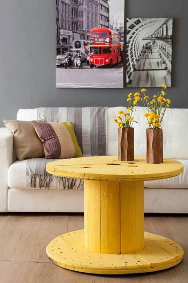 Mesa auxiliar DIY en color amarillo