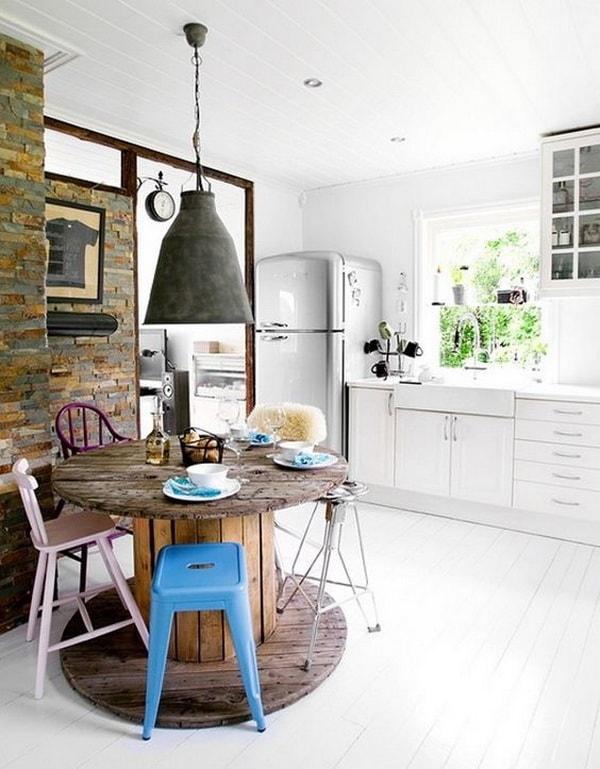Mesas con carretes de madera en la cocina