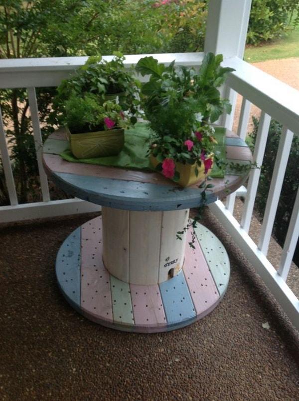 Mesa hecha con bobina de cable en el balcón