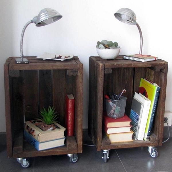 Mesas de noche hechas con cajas de madera con ruedas