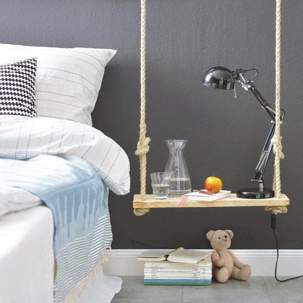 Mesa de noche hecha con un columpio