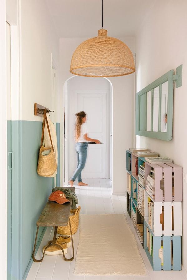 Estanterías con cajas de madera en pasillos