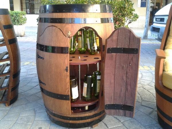 Mueble bar hecho con barril de madera
