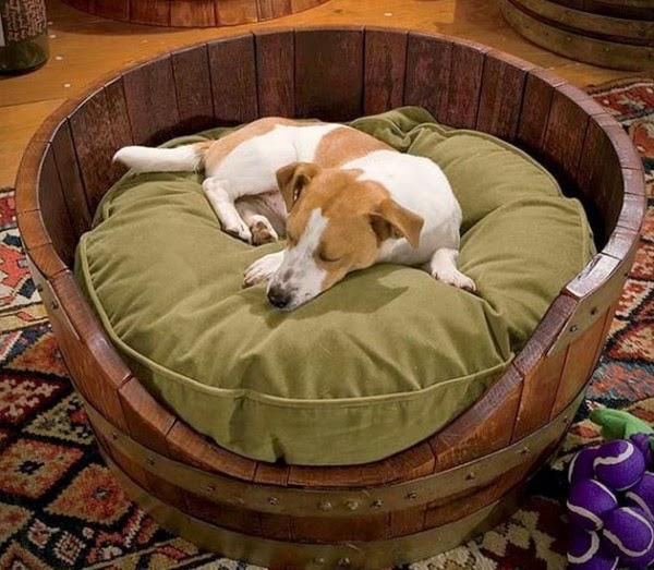 Cama para mascotas hechas con barriles de madera