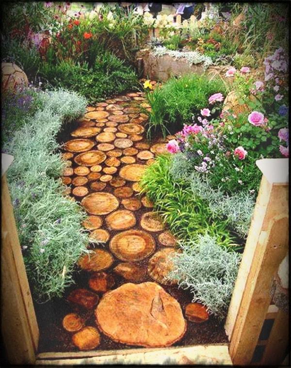 Sendero de jardín con troncos reciclados