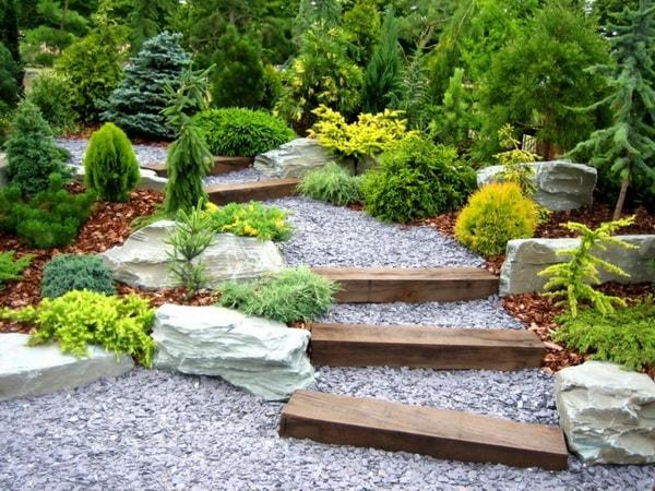 Escalinata con madera y piedra estilo jardín japonés