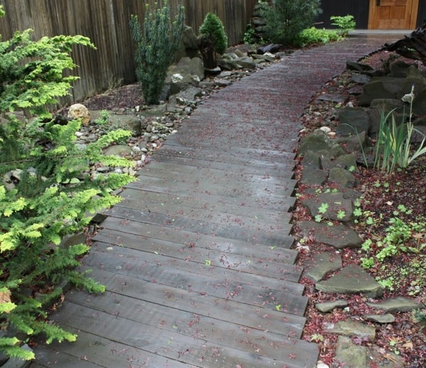 Camino para jardín con madera y piedra
