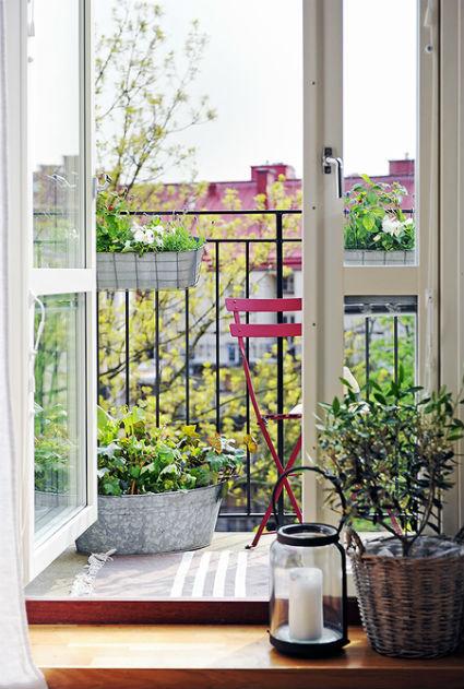 Balcón con muebles ligeros