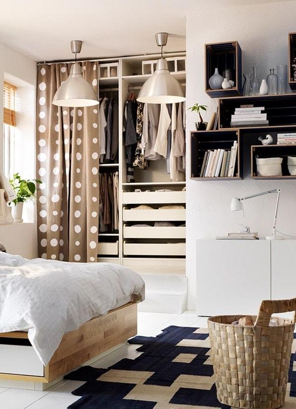 Armarios abiertos con cortinas