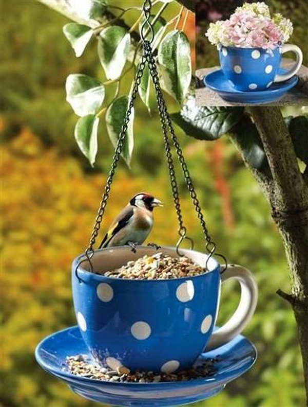 Comedero para aves hecho con tazas