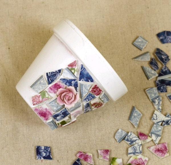 Mosaiquismo en macetas con platos rotos