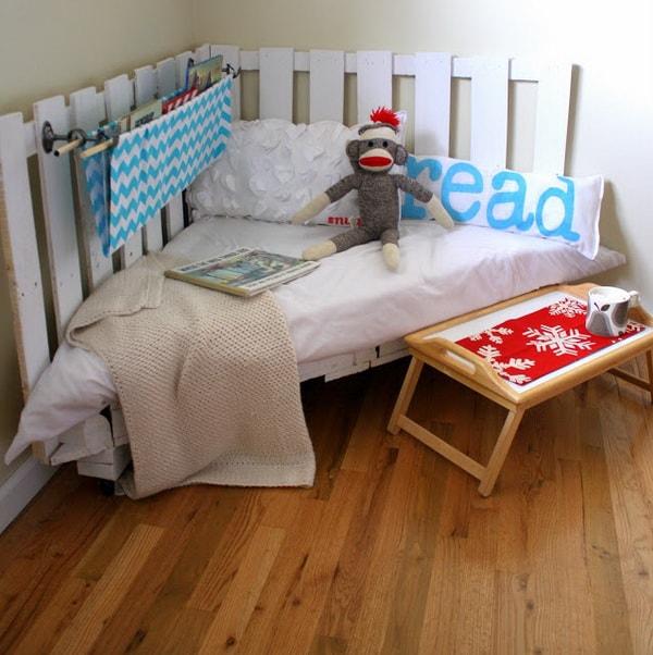 Rincón de lectura infantil hecho con palets de madera