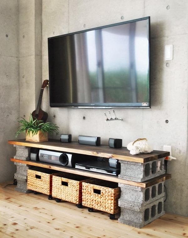 Mesa de TV con bloques de hormigón y tablas de madera