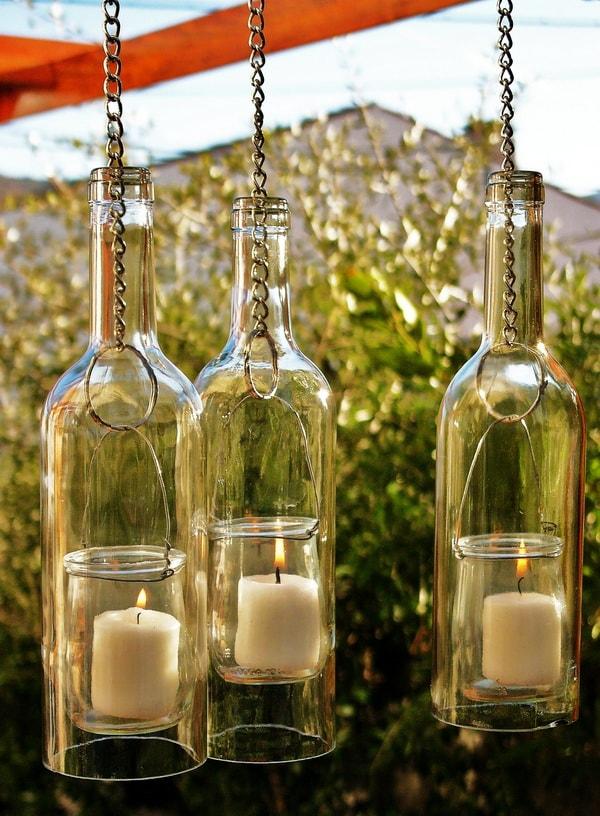 Farolillos colgantes hechos con botellas y frascos de vidrio