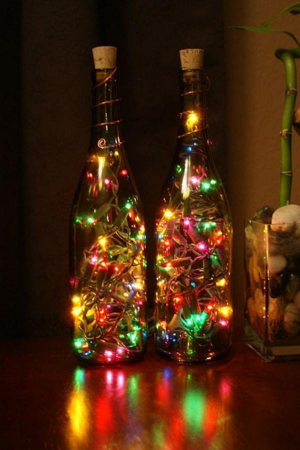 Decoración con botellas de vidrio y guirnaldas de luces