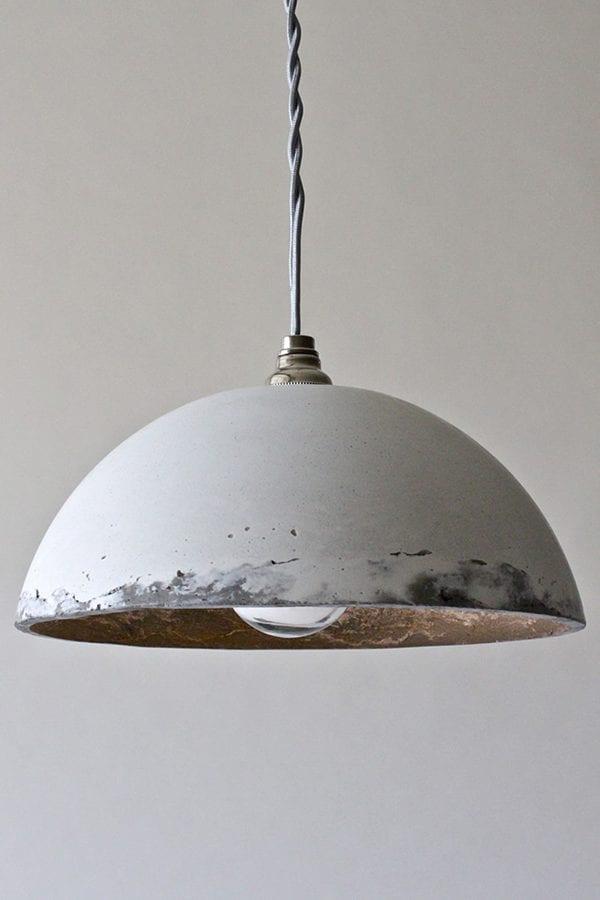 Lámpara de techo hecha con cemento