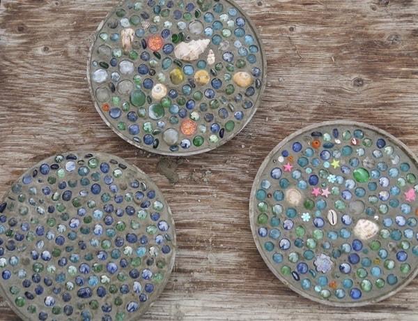 Baldosas hechas con cemento y bolitas de vidrio