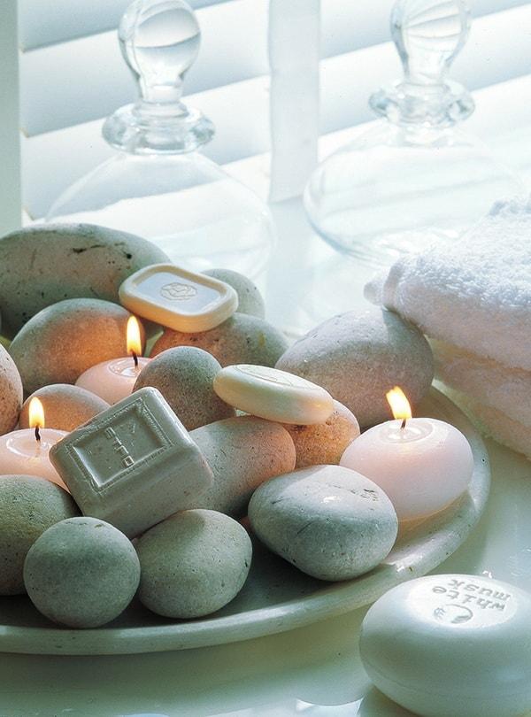 Arreglo decorativo con piedras, jabones y velas