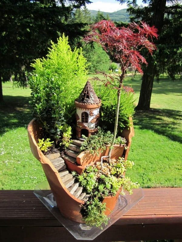 Mini jardín en una maceta rota