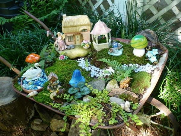 Mini jardín en una carretilla