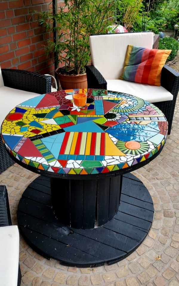 Mosaiquismo para personalizar mesas hechas con carretes de cable