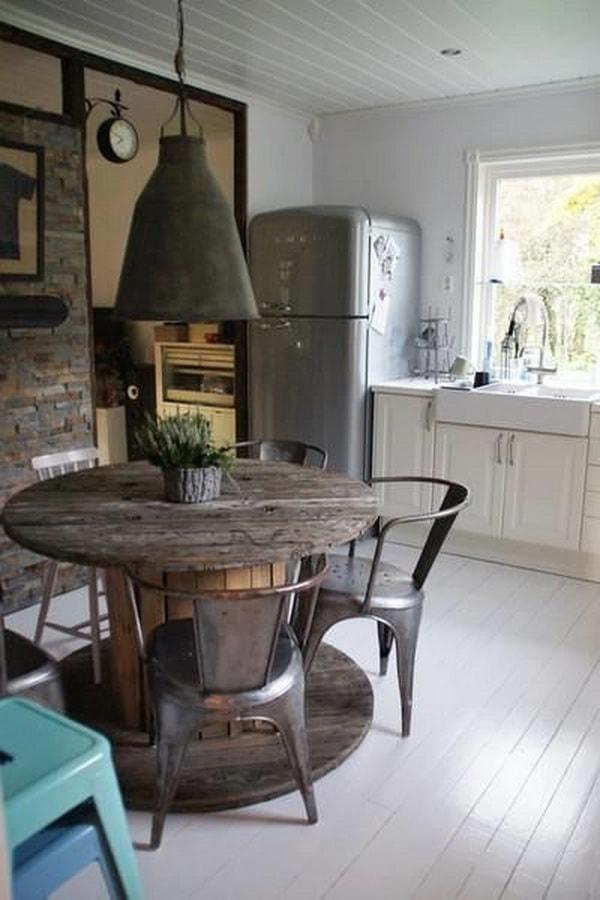 Cocina comedor con mesa hecha con una bobina de cable