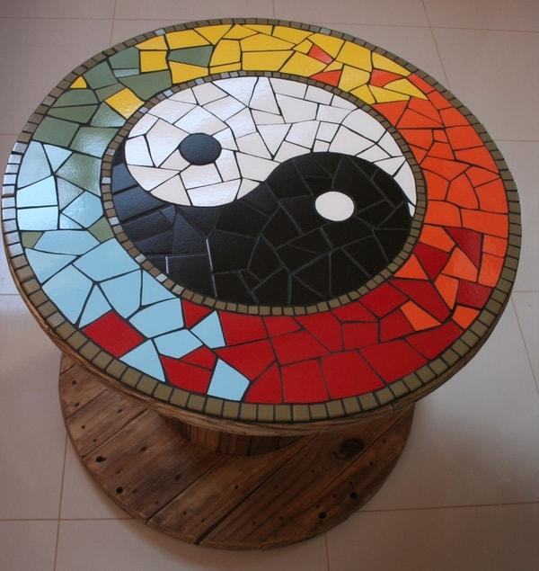 Mesa hecha con carrete de madera y mosaiquismo