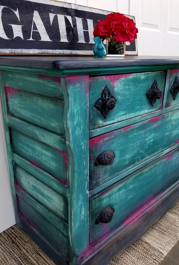 Muebles antiguos pintados con efecto envejecido