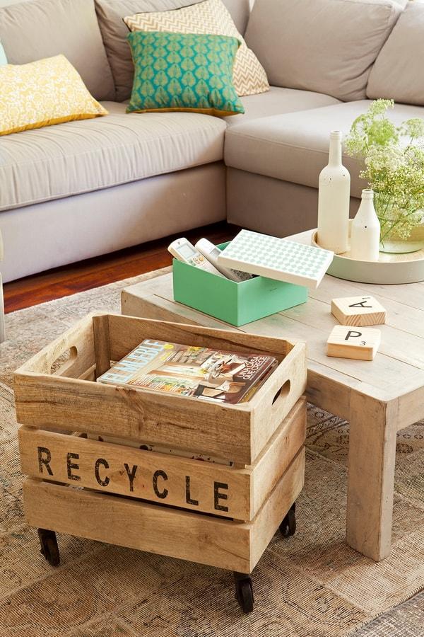 Revistero hecho con una caja de madera reciclada