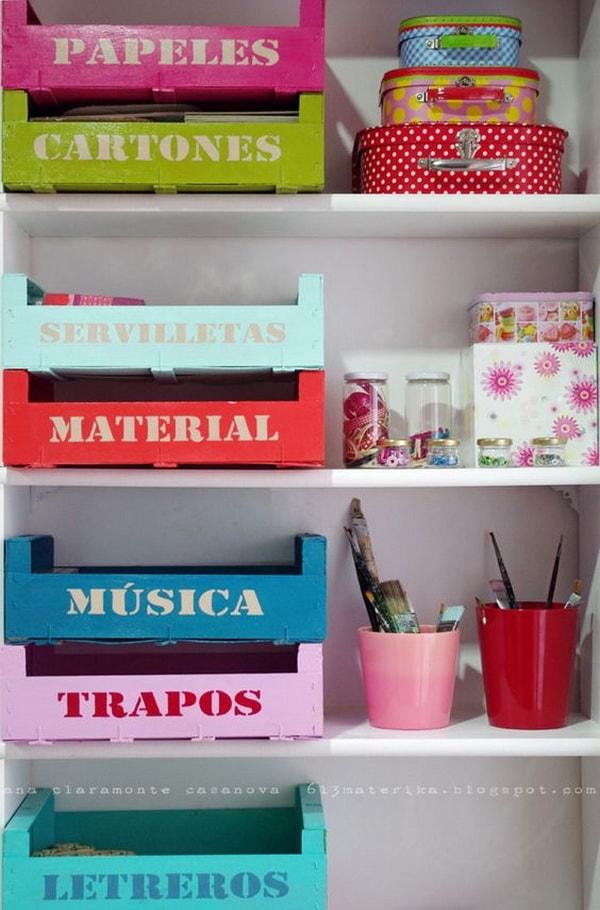 Cajas de madera pintadas y rotuladas para almacenar objetos