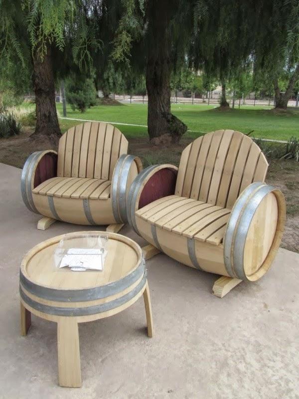 Muebles de exterior hechos con barriles de madera